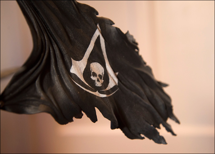 Assassin's-Creed-IV-Black-Flag-Buccaneer-Edition-Edward-Kenway-Statue-Flag