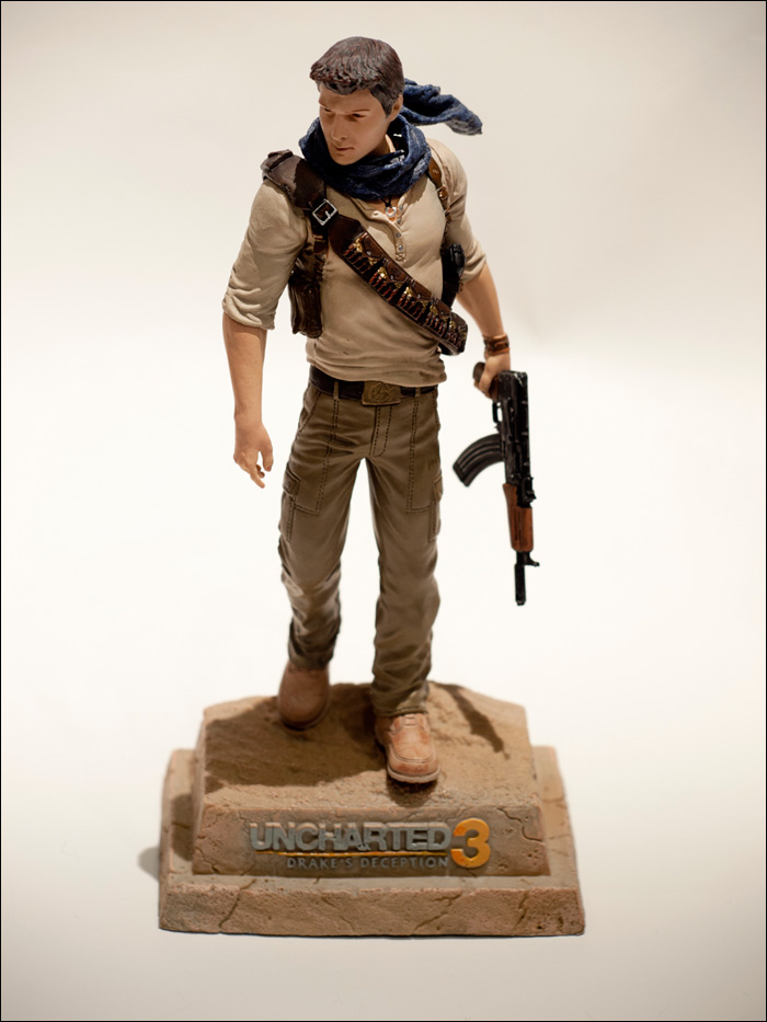 Uncharted-3-Explorer-Edition-Drake-Statue